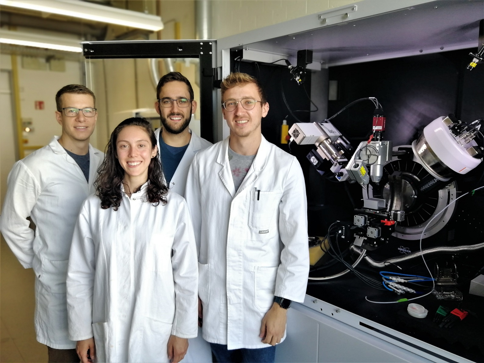 PhDs with students from the USA and Israel in the lab (from the left): Dominik Büchner, Deborah Turetsky (RISE), Markus Witzler and Roman Kolevatov (NRW-Nahost). Photo: Philipp Gillemot (2019)